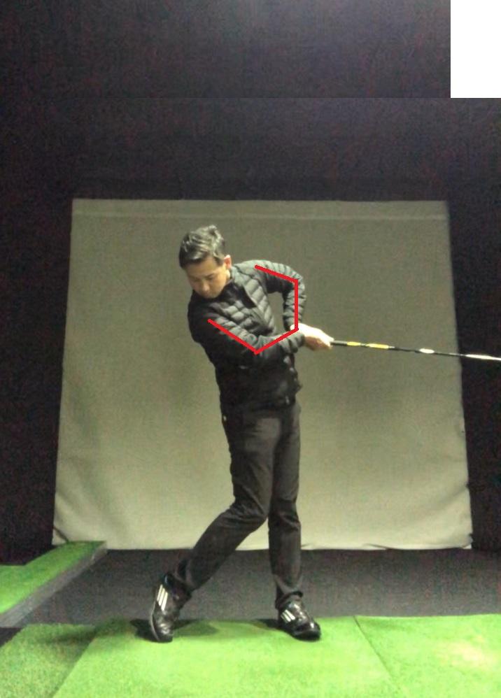 ゴルフスイング 左肘の引け